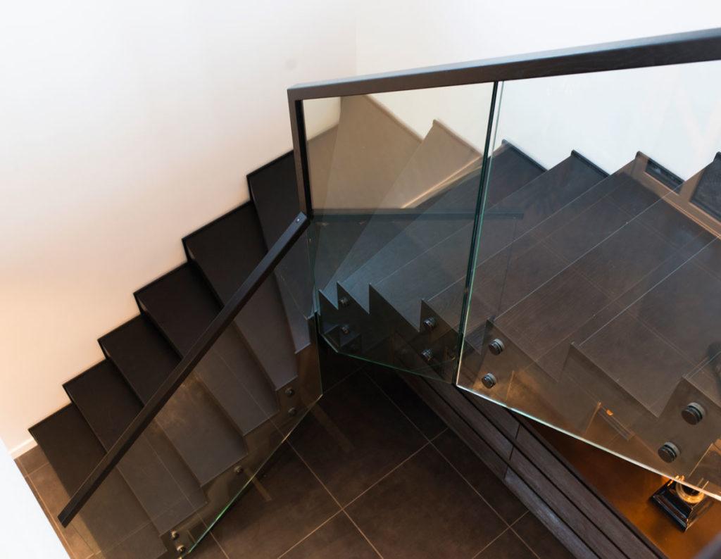 Designtrapp med sorte stålvanger fra Nytrapp