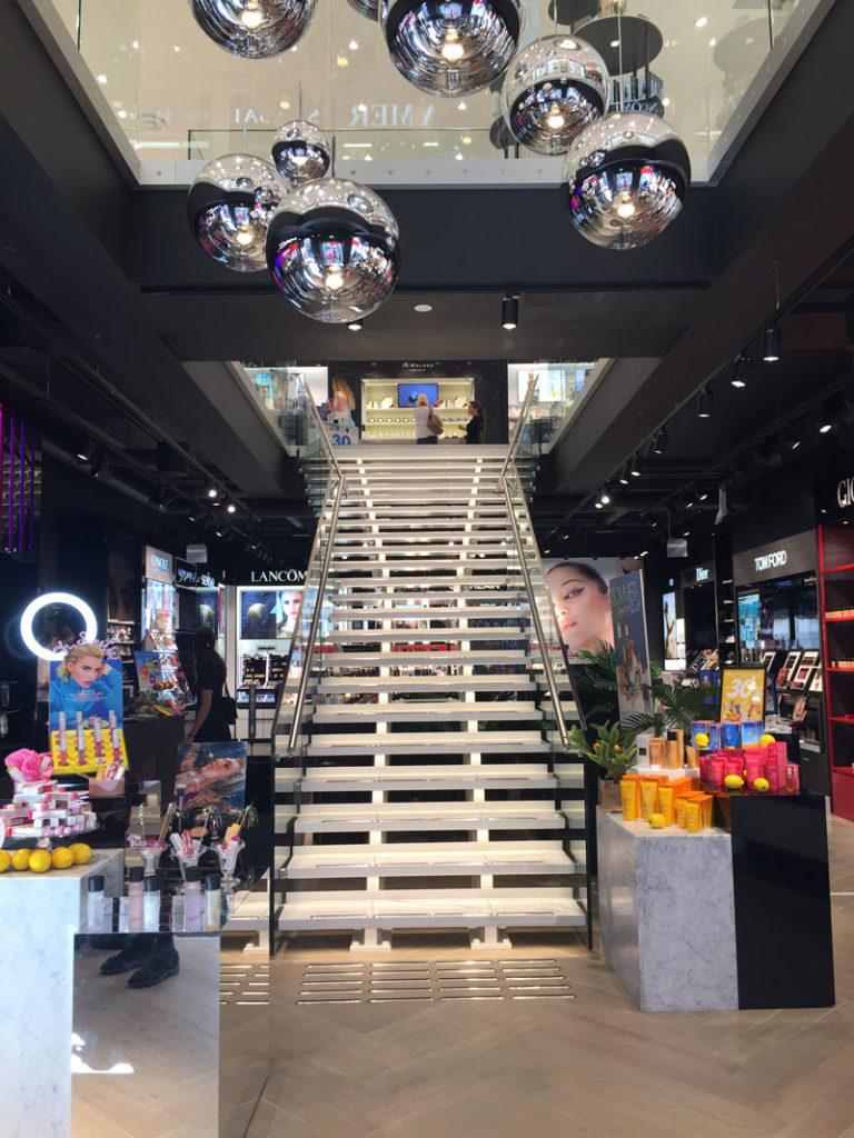 Forside av trapp fra Nytrapp i Fredrik & Louisa Flagship Store