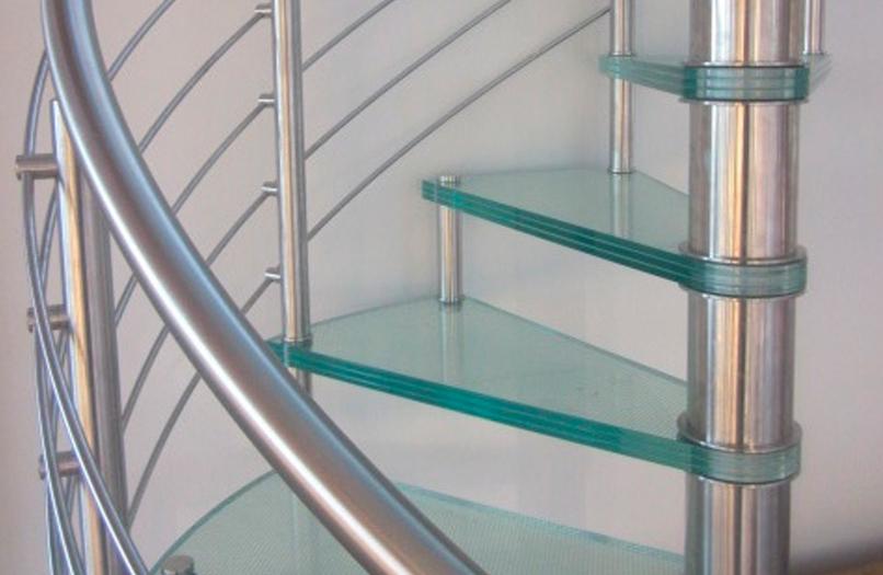 Spiraltrapp i glass med stålrekkverk