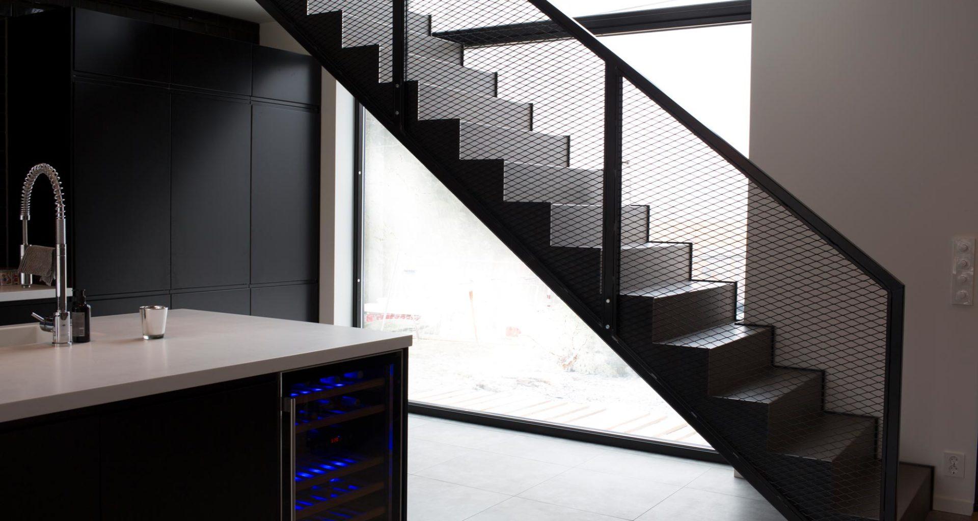 Designtrapp med stålvanger og mesh-rekkverk fra Nytrapp