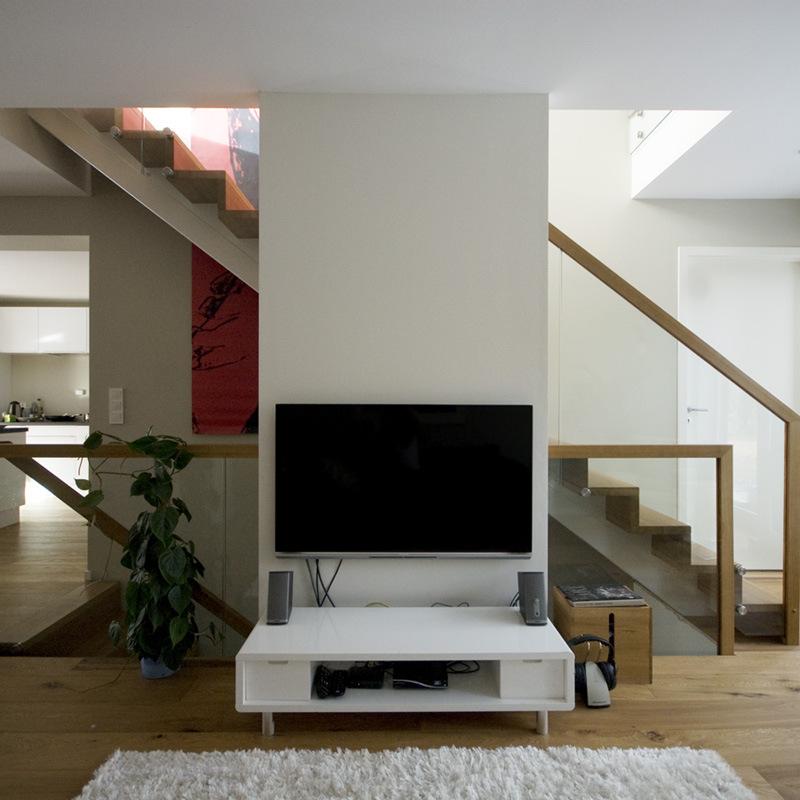 Midtvangetrapp med lukkede opptrinn plassert i midten av huset