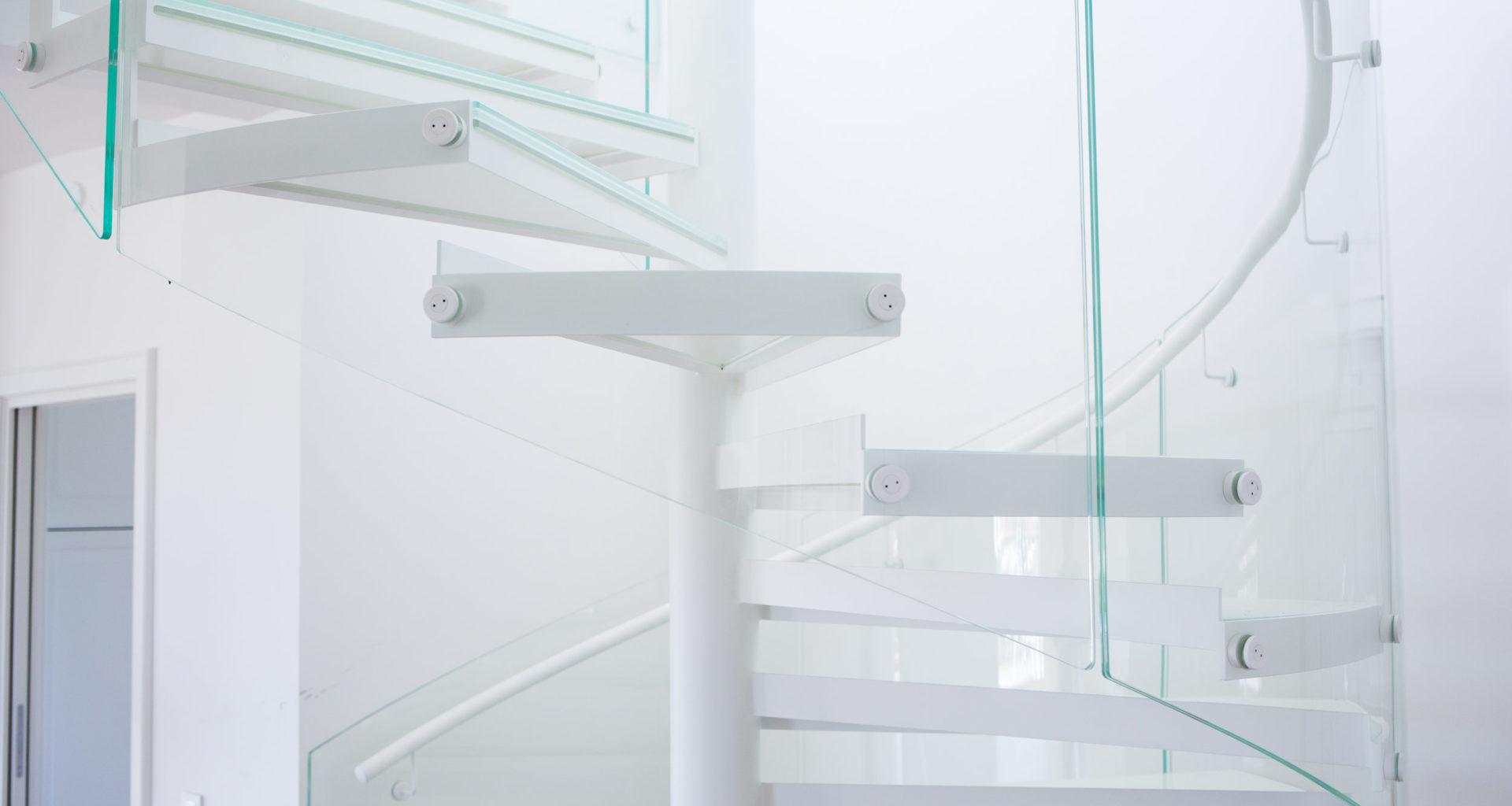 Spiraltrapp med glassrekkverk fra Nytrapp