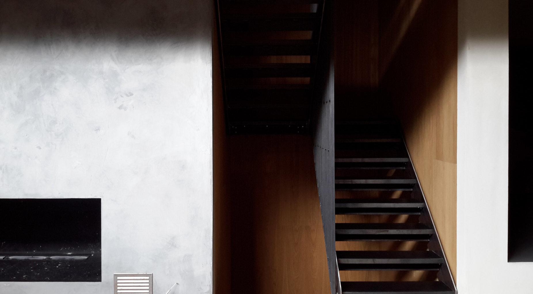 Sort moderne ståltrapp med industrielt design fra Nytrapp