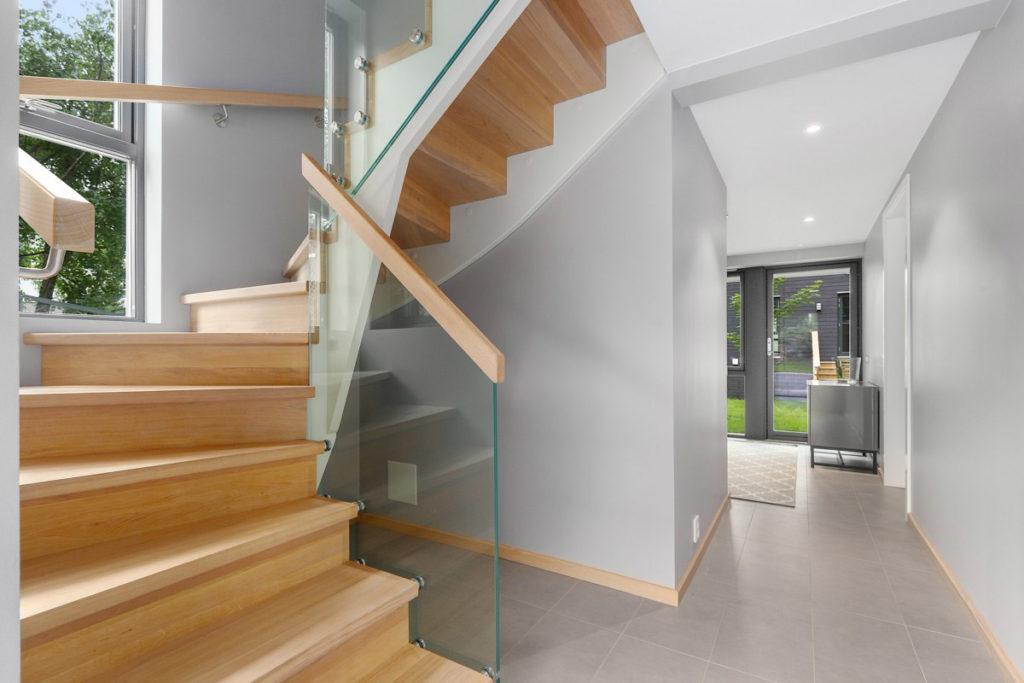 Moderne tretrapp med glassrekkverk og trinn i eik fra Nytrapp