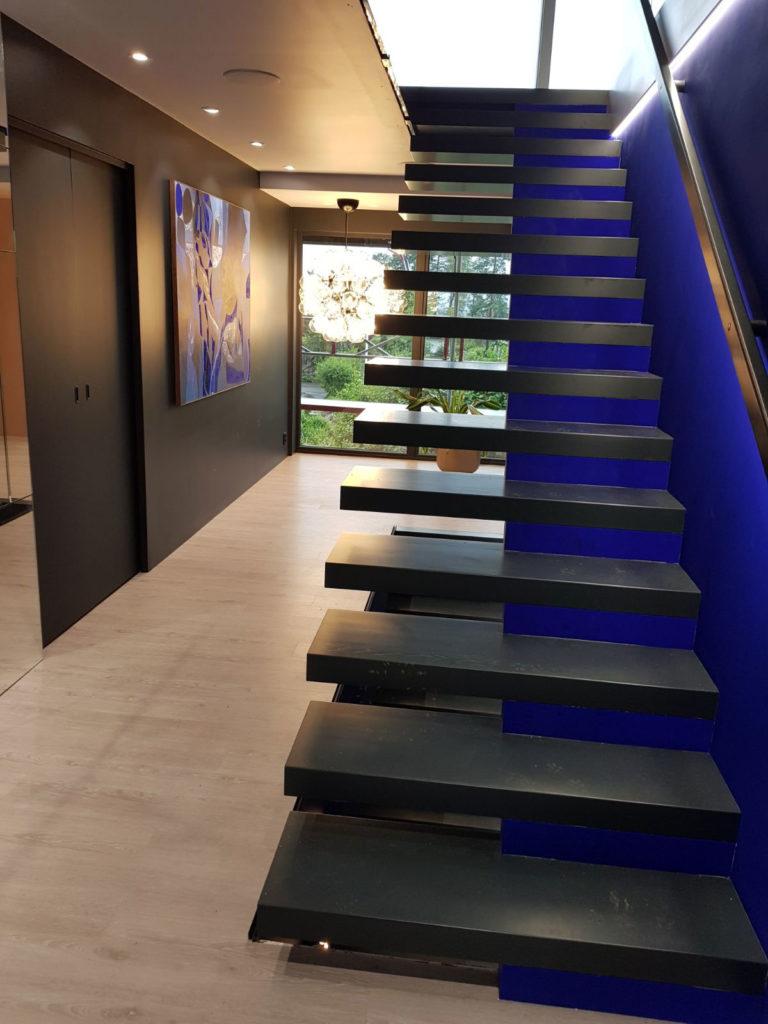 Sort svevende trapp fra Nytrapp