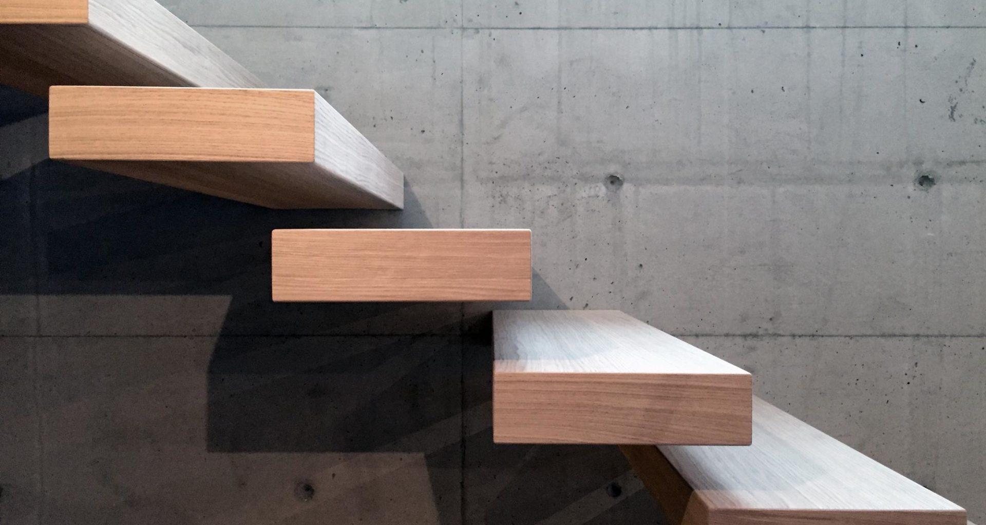 Tretrapp fra Nytrapp design med trinn ut av vegg