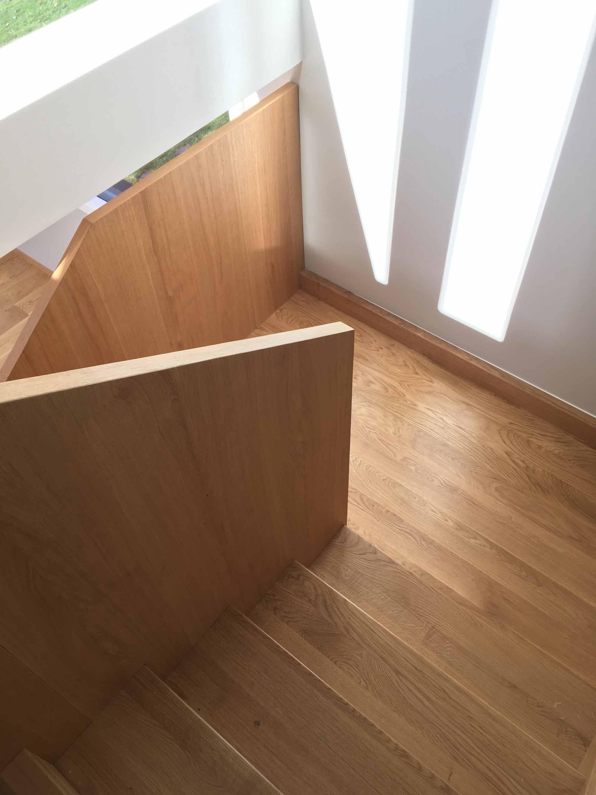 Solid trapp i eik med skap
