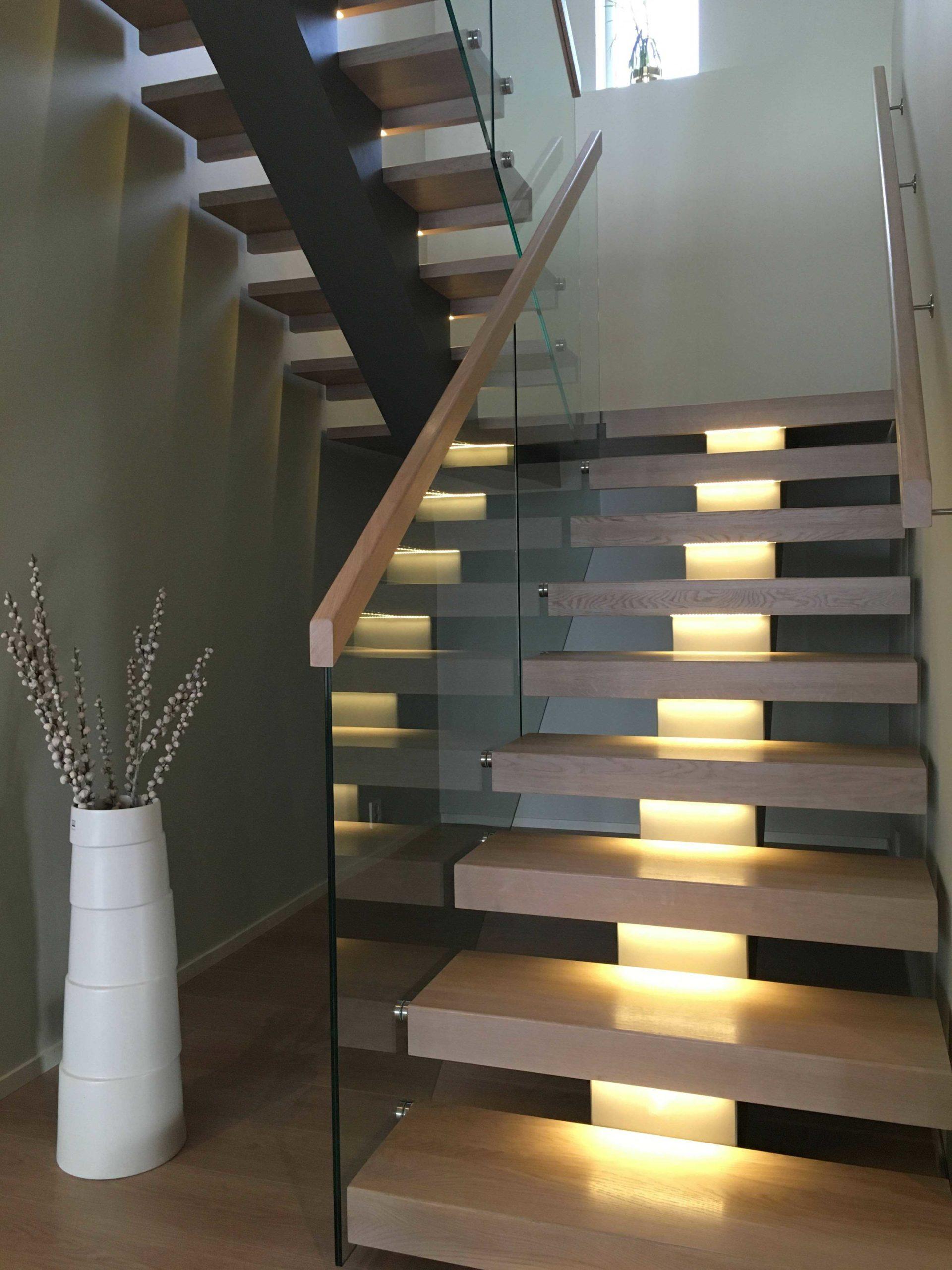 Trapp med sentervange i stål med stort repos og LED-lys integrert i trinn