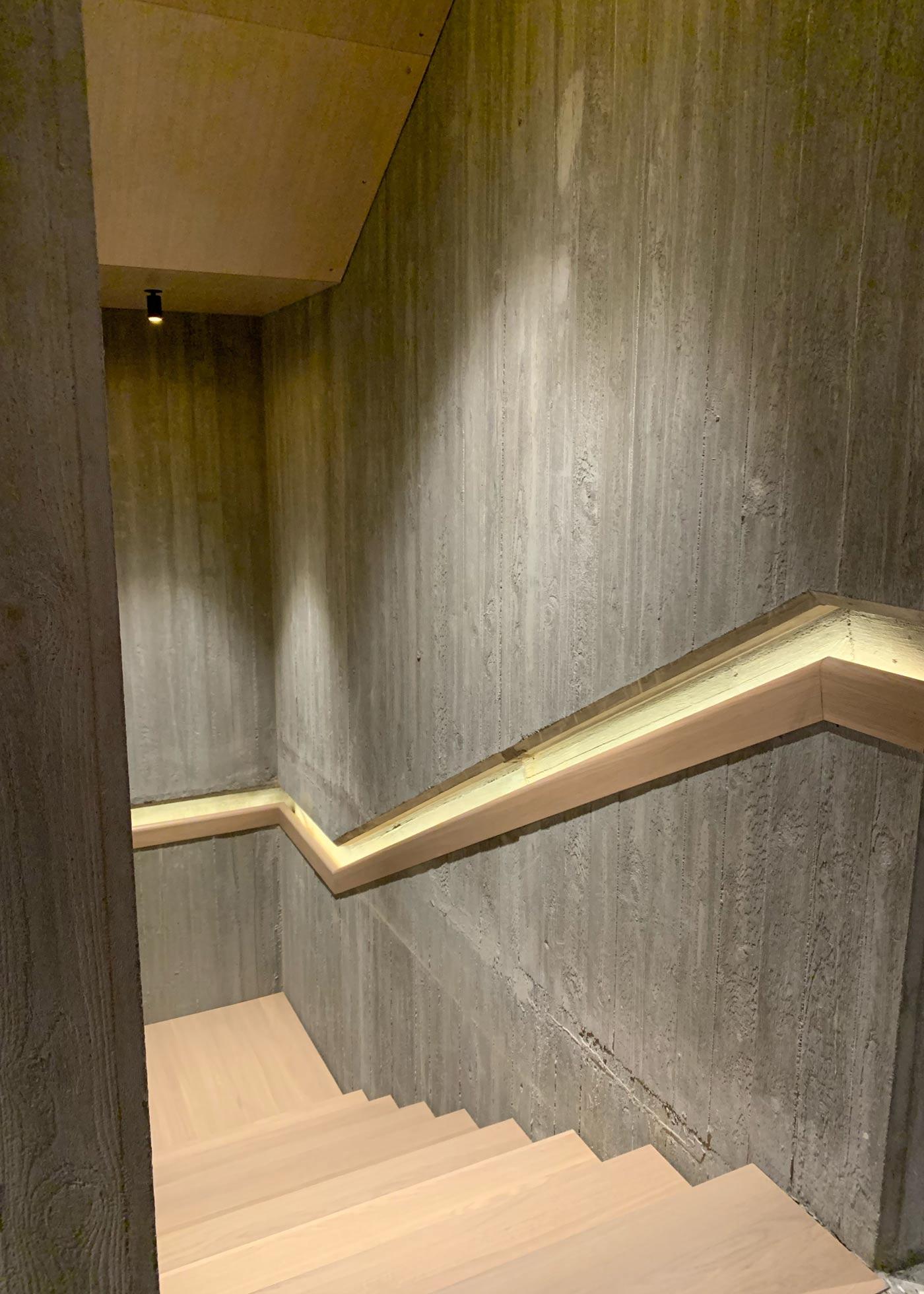 Håndløper i betongvegg