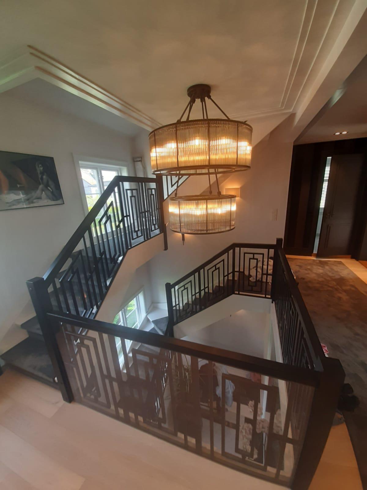 Majestetisk trapp med teppe